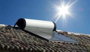 Un chauffe-eau solaire installé sur un toit