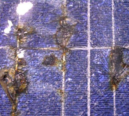 Dégâts provoqués par la foudre sur un panneau solaire
