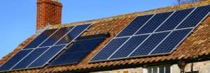 Panneaux solaires installés sur le toit d'une maison
