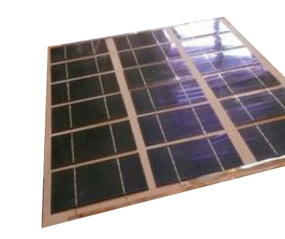 Coller les cellules sur une planche pour fabriquer son propre panneau solaire